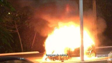 Carro pega fogo em avenida de São Luís, MA - Um carro pegou fogo no início da noite dessa sexta-feira (20) em uma avenida da capital maranhense.