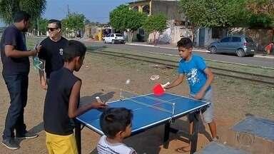 Jovens constroem mesa e raquete para treinar tênis em Corumbá, MS - A dedicação ao tênis de mesa despertou o interesse de quem está disposto a ajudar a dupla.