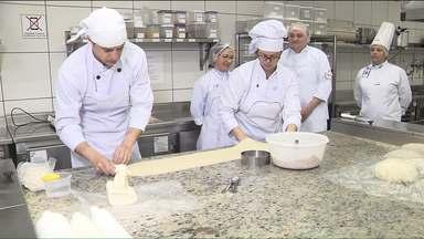 Muita gente está trocando de área e indo trabalhar com gastronomia - Segundo o Senac, aqui no Paraná a procura por estes cursos cresceu mais de 60 por cento este ano em relação ao ano passado.