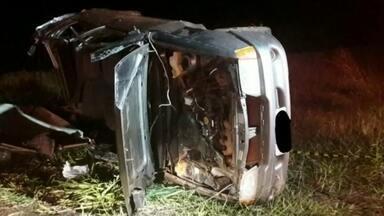 Carro é atingido por carreta e capota em rodovia de Iacanga - Um carro capotou após ser atingido por uma carreta perto do trevo de Iacanga (SP), na noite de sexta-feira (19). Três homens ficaram feridos.