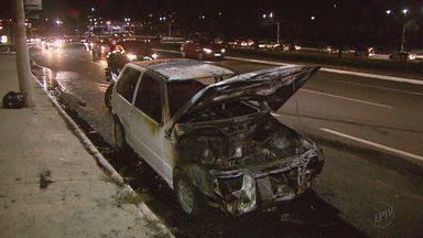 Carro pega fogo na Avenida Maurílio Biagi em Ribeirão Preto, SP - Motorista buscava a mulher quando o fogo começou. Ninguém se feriu.