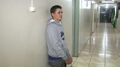 Polícia prende mais um acusado de matar duas pessoas numa mesma noite em Maringá - Um outro rapaz e um adolescente ainda estão foragidos.