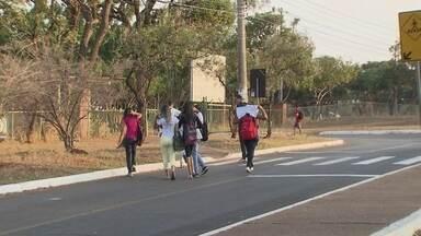 Adolescente de 16 anos esfaqueia outra aluna na porta da escola - As duas estavam saindo da escola quando ocorreu a briga.