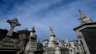 Dois fotógrafos de Araçatuba fazem expedição para registrar imagens de cemitérios - Dois fotógrafos de Araçatuba fazem uma expedição, em que registram imagens de lugares bem inusitados: os cemitérios. Eles começaram tirando fotos na região, mas querem rodar o mundo para mostrar as várias formas de como as pessoas encaram a morte.