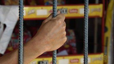 Comerciantes reclamam de assaltos no Setor Recanto das Minas Gerais, em Goiânia - Alguns trabalham atrás das grades para evitar os crimes.