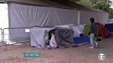 Moradores de rua recorrem a tendas montadas pela Prefeitura para se proteger do frio - A tenda feminina, montada no bairro do Anhangabaú e com capacidade para abrigar cem pessoas, foi utilizada por 39 mulheres. E o abrigo ambulante para homens, montado na Galeria Prestes Maia, teve 480 das 500 vagas ocupadas.