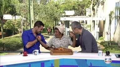Manuela leva frango assado para Ota e Joca - Personagem de Dhu Moraes em 'Êta Mundo Bom' oferece as coxas para os apresentadores do 'Vídeo Show'