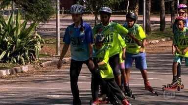 Projeto social ensina crianças e adolescentes a praticar o rollerski - As aulas do projeto, criado por um atleta olímpico, são da ONG SKI na Rua e o equipamento foram doados pelo fabricante.