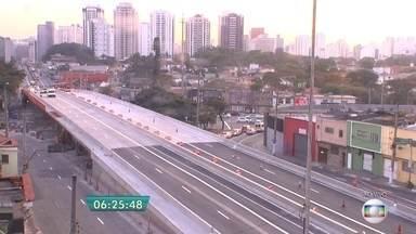Viaduto Santo Amaro é liberado parcialmente para carros - O viaduto foi interditado no dia 13 de fevereiro, após um acidente entre um caminhão tanque e um outro carregado com açúcar. Os veículos pegaram fogo e o calor abalou a estrutura.