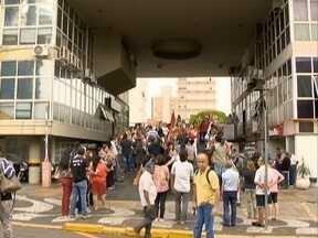 Após assembleia, servidores municipais decidem manter greve - Funcionários de Pres. Prudente fizeram um ato em frente a Prefeitura.