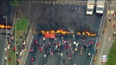 Protestos contra o impeachment bloqueiam ruas em São Paulo - Manifestantes botaram fogo em pneus e fecharam as marginais Tietê a Pinheiros. O protesto gerou congestionamento.