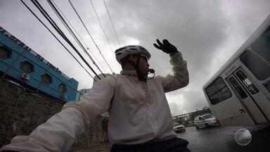 Ciclista mostra as dificuldades para andar entre os ônibus de Salvador - A relação entre os maiores e os menores requer muito cuidado; veja na reportagem.