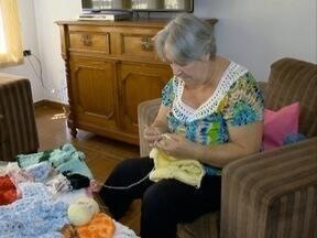 Aposentadas se unem para ajudar pessoas carentes - Idosas confeccionam roupas e as doam.