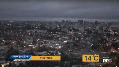 Tempo: Nuvens de chuva se afastam aos poucos do Paraná - Dia ainda amanhece úmido, mas a tendência é que o tempo fique seco até o fim da quarta-feira (31).