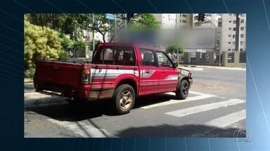 Motoristas são flagrados cometendo infrações de trânsito, em Goiânia - Motorista para em cima da faixa de pedestre na Rua T-64, esquina com T-4, no Setor Bueno.