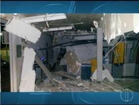 Criminosos explodem caixas eletrônicos em Riacho dos Machados - Segundo a PM, 15 homens fortemente armados invadiram a cidade.