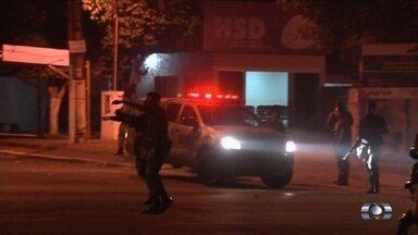 Suspeito de matar mototaxista é morto por moradores em Goianira - População agrediu e atirou contra o suspeito dentro de hospital. PM teve de intervir e usou gás lacrimogêneo e balas de borracha; vídeo.