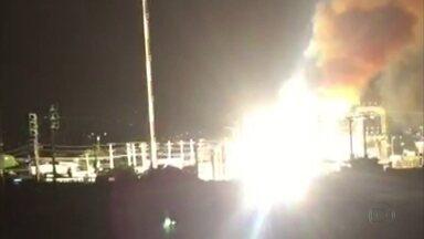 Incêndio em subestação da Celpe causa clarão e assusta moradores - Companhia confirmou que chamas atingiram um dos transformadores.