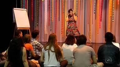 Curso de contação de histórias estimula hábito da leitura nas crianças - Os preparativos para um dos maiores festivais literários do interior do Estado, o Fliv, em Votuporanga, já começaram. Professores passam por um treinamento para aprender as técnicas da contação de histórias. Essa é uma ferramenta que os educadores têm usado para aproximar as crianças dos livros.