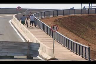 Viaduto é inaugurado para atender população em Araguari - Pedido é reivindicação antiga dos moradores. Viaduto vai ligar os bairros São Sebastião, Goiás e Vieno a outros setores da cidade.