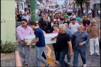 Mãe e filhos mortos em condomínio no Rio de Janeiro são sepultados em Formiga, MG - Enterro ocorreu na manhã desta quarta-feira (31). Casal e filhos foram encontrados mortos em condomínio na Barra da Tijuca.