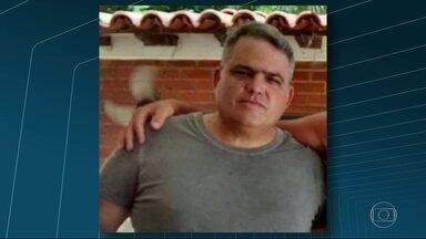 Coronel da PM é assassinado, no centro de Maricá - Carro em que o coronel estava foi atingido por 17 tiros. Um sargento da PM, que estava no veículo, também foi baleado.