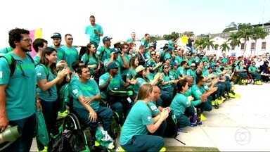 Equipe brasileira que vai disputar os Jogos Paralímpicos começa a chegar ao Rio - A sete dias do início dos Jogos Paralímpicos, chagaram no Rio os primeiros integrantes da equipe que vai participar da Paralimpíada. Depois, eles foram ao Boulevard Olímpico, onde foram recebidos pela União da Ilha.