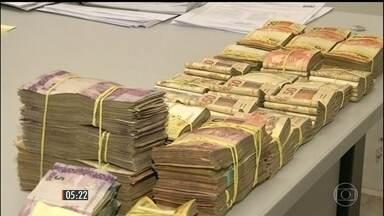 Presa quadrilha que roubou R$ 600 mil fazendo família de gerente de banco refém - Crime aconteceu em Anápolis, em Goiás. Oito suspeitos foram presos e a polícia recuperou parte do dinheiro roubado, cerca de R$ 500 mil.
