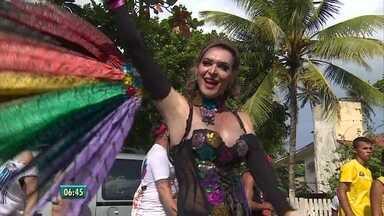 Parada da Diversidade é realizada no Cabo de Santo Agostinho - Grupo caminhou pelas praia de Enseada dos Corais.