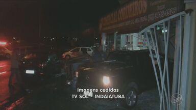 Mulher decide perseguir bandidos, mas perde controle do carro e atropela homem - O carro desgovernado invadiu uma loja e atropelou um homem