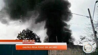 Galpão de empresa pega fogo em Jacareí - Caso aconteceu neste domingo.