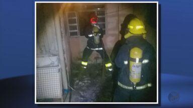 Casa pega fogo na noite de sábado (3), em Varginha (MG) - Casa pega fogo na noite de sábado (3), em Varginha (MG)