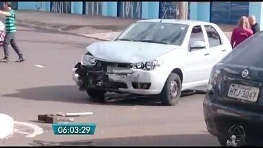 Capotagem provoca interdição de avenida em Campo Grande - Dois veículos envolvidos, um carro e um utilitário, ficaram destruídos. Acidente foi no domingo (4).