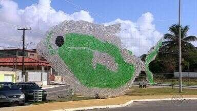 Artista plástico dá vida a escultura feita com garrafas pet - Artista plástico dá vida a escultura feita com garrafas pet.