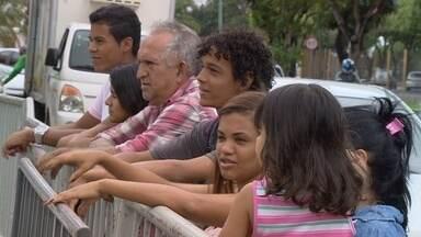 Torcedores lotam frente de hotel para ficar perto da Seleção Brasileira em Manaus - Houve quem se hospedasse em hotel só pra conseguir ficar mais perto dos craques