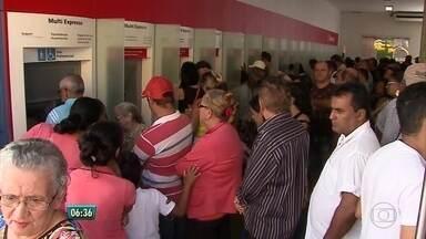 População enfrenta filas e dificuldades no primeiro dia da greve dos bancários - Segundo o sindicato da categoria, 75% dos funcionários dos bancos públicos e particulares aderiram à paralisação por tempo indeterminado em Pernambuco.