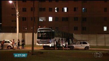 Ônibus desgovernado bate contra muro de condomínio em Valparaíso de Goiás - Veículo quebrou e se soltou do guincho que o transportava.