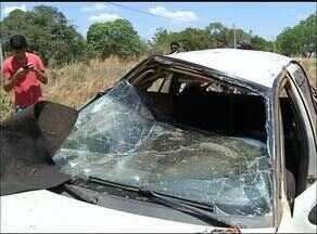 Carro capota após desviar de cachorro em rodovia; dois homens ficam feridos - Carro capota após desviar de cachorro em rodovia; dois homens ficam feridos