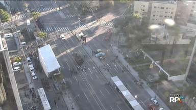 Confira a situação do trânsito neste início de quarta-feira (07) - Desfile bloqueia diversas ruas do centro de Curitiba.