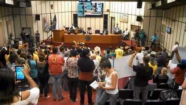 Manifestantes protestam na Câmara contra escândalo de corrupção em Ribeirão Preto, SP - Integrantes de movimentos sociais lotaram as galerias na sessão de terça-feira (6).