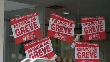 Após primeiro dia de greve, Juiz de Fora tem 37 agências paralisadas - Sindicato diz que adesão é de 51% na Zona da Mata e Sul de Minas.Funcionários pedem melhorias salariais; Fenaban marcou nova negociação.