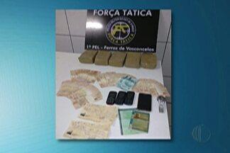 Dois homens foram presos por tráfico de drogas, em Ferraz de Vasconcelos - PM fazia patrulha no Cambiri, quando avistou cinco homens pregando ripas no chão da carroceria. Três conseguiram fugir.