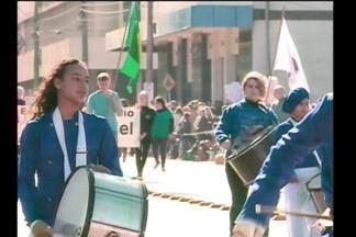 Desfile de sete de setembro mobiliza escolas e a comunidade - Em Santa Rosa, RS, as pessoas foram ver as apresentações das escolas e bandas marciais.