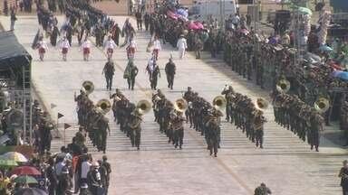 Desfile Cívico reúne público no Sambódromo de Manaus - Evento ocorreu na manhã desta quarta-feira (7); onças não desfilaram.