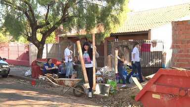 Universitários ajudam voluntária que cuida de animais - Eles limparam o quintal e também cuidaram dos animais que esperam um novo lar.