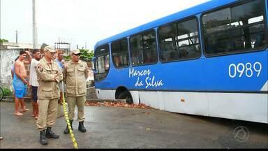 Ônibus desgovernado desce ladeira e atinge duas casas em João Pessoa - Por pouco ele não cai sobre casas que ficavam embaixo, no Bairro São José.