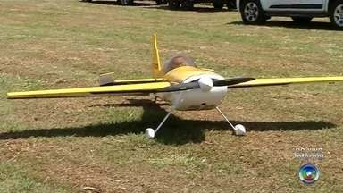 Apaixonados por aeromodelismo fazem encontro no fim de semana em Araçatuba - Fim de semana de atrações para os apaixonados por aeromodelismo da região. Em Araçatuba (SP) está tendo um encontro que reúne pilotos de todo o país.