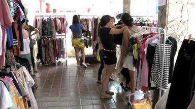 Venda de roupas usadas movimenta economia em Maceió - Desapego de roupas usadas encostadas pode render dinheiro extra no fim do mês ou ajudar a uma boa causa.