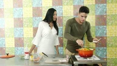 """Marcos Lessa vai para a cozinha e prepara prato especial - Niara Meireles acompanha como se faz a """"Moqueca do Marquinhos""""."""