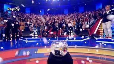 Plateia participa de ping pong para concorrer a R$ 3.000 - Quem acertasse uma bolinha no aquário, levava a grana